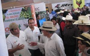 El Dr. Jorge Kondo López, Director General de Fomento a la Agricultura de SAGARPA visita el stand de Bionat.