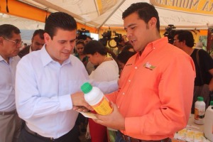 Miguel Alonso, Gobernador de Zacatecas, conociendo el producto Bionat